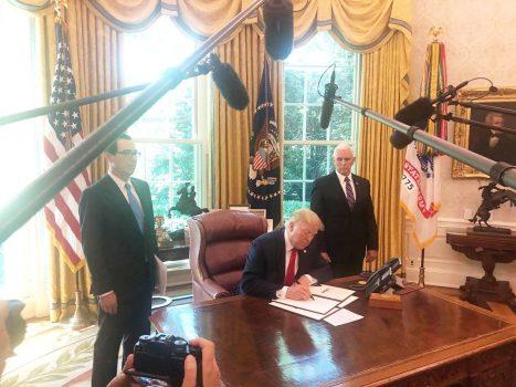 رئیسجمهور آمریکا با امضای یک فرمان اجرایی، تحریمهای تازهای علیه ایران اعمال کرد.